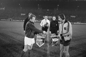 Nederland - Schotland 2-1, 1 december 1971 - Overhandiging vaantjes