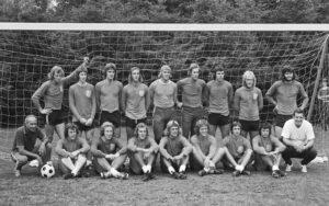 Nederlands elftal traint in Zeist, selectie Nederlands elftal, 20 augustus 1973 Staand v.l.n.r.:Piet Keizer,Gerrie Mühren,Ruud Krol, Johan Neeskens, Piet Schrijvers, Jan van Beveren, Van Hanegem, Brokamp en Hulshoff. Zittend v.l.n.r.: dr. Fadronc (Bondscoach), Dick Schneider, Jan Jeuring, Van der Kerkhoff, Rep, Haan, Cruijff, Suurbier, Van der Hart Datum