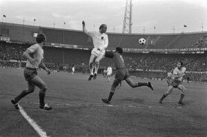 Oefenwedstrijd WK voetbal, Nederland - Roemenië 0-0, 5 juni 1974; Ruud Geels kopt de bal over keeper Raducanu