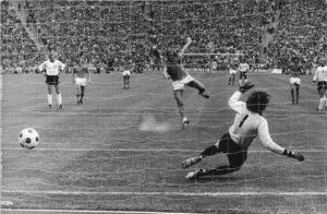 Johan Neeskens maakt de 1-0 uit een penalty in de Finale WK 1974 Nederland - West-Duitsland