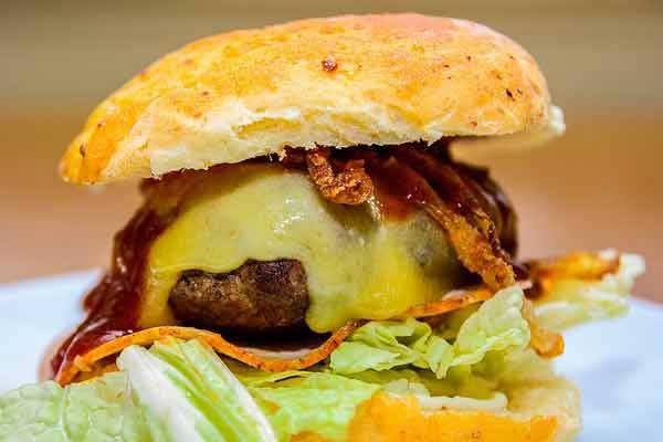 Lekkerste hamburger van Nederland eet je bij de Arnhemse Iveau Burgers & Wijnbar