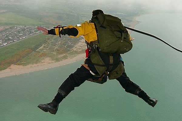 Parachutist stort ter aarde in stadion