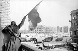 Sovjet-soldaat wappert met een vlag voor de overwinning om Stalingrad op 2 februari 1943.