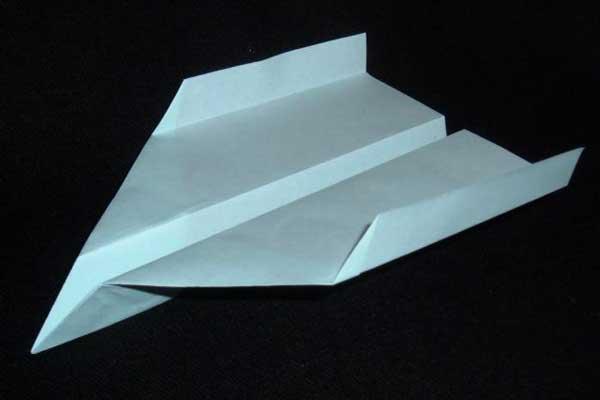 Vouw het beste papieren vliegtuigje ooit (video)
