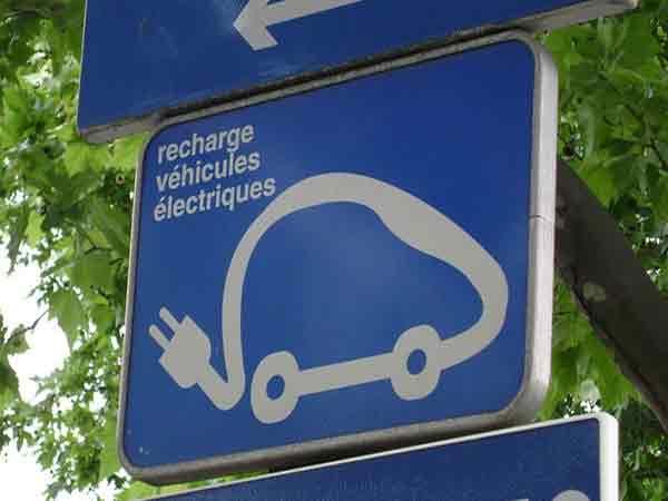 De auto van de toekomst rijdt elektrisch