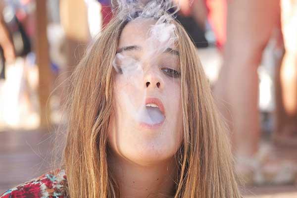 Jonge mensen blijven roken in Nederland