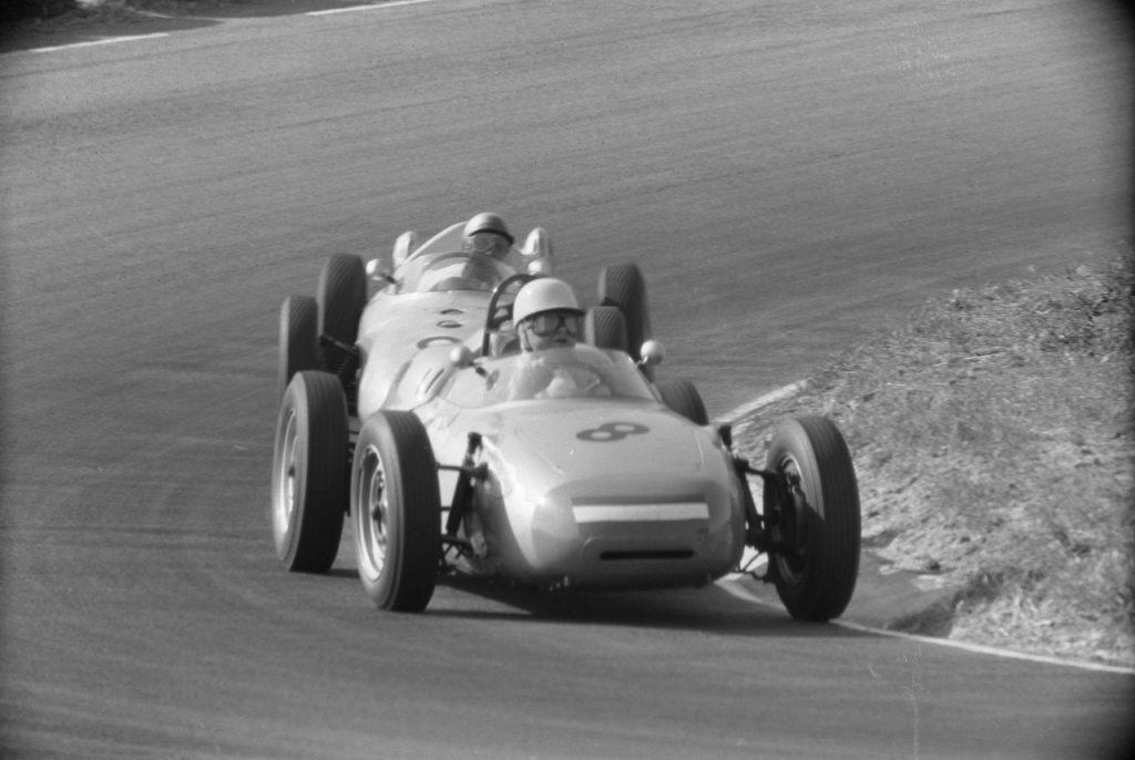 Godin de Beaufort in een Porsche 718 in actie tijdens de GP van Nederland 1961