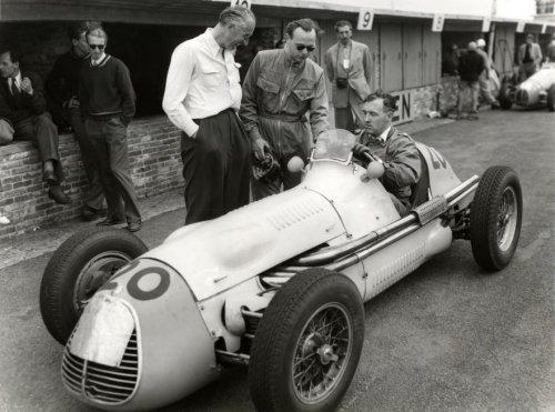 Jan Flinterman (met bril) naast de Maserati die hij reed tijdens de 1952 Grand Prix Formule 1 van Nederland 1952