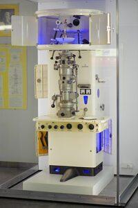 Een elektronenmicroscoop uit 1949
