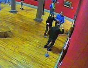 National Gallery of Ireland: Andrew Shannon is rechts op de foto te zien, terwijl hij zijn vuist optilt