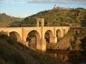 De Brug van Alcántara (Puente de Alcántara) is een Romeinse boogbrug in het Spaanse Alcántara, die de oevers van de Taag met elkaar verbindt. De brug is ontworpen door de architect Caius Iulius Lacer, in opdracht van de Romeinse keizer Trajanus in 98. De bouw van de zes bogen tellende brug duurde van 104 tot 106. In het midden van de brug bevindt zich een veertien meter hoge triomfboog waarboven de tekst Pontem perpetui mansurum in saecula in steen is gegraveerd. Aan de zuidzijde staat in het verlengde van de brug een Romeinse tempel.