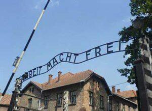 De spreuk Arbeit macht frei op de toegangspoort van Auschwitz I