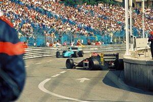 Andrea Chiesa in de slip, daarachter nadert Karl Wendlinger. Monaco, 1992