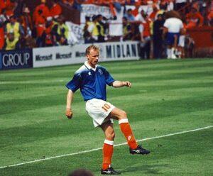 Bergkamp tijdens de warming up op het EK 1996 in de wedstrijd tegen Schotland in het Villa Park, Birmingham