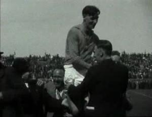 Wim Anderiesen op de schouders na het landskampioenschap van 1937.