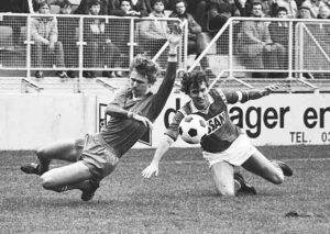 FC Utrecht - Sparta Rotterdam (1983): Gerard van der Lem (FC Utrecht, rechts) en Adri van Tiggelen