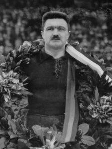De Belgische aanvoerder Armand Swartenbroeks gehuldigd voor het spelen van zijn vijftigste interland. Nederland - België (1-1), gespeeld op 11 maart 1928 in het Stadion te Amsterdam. 11 maart 1928