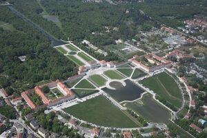 Luchtfoto Slot Nymphenburg met de tuinen en het kanaal en het waterbassin