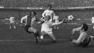 Ressel (links) in duel met Blankenburg, rechts Stuy (17 februari 1974, Feyenoord - Ajax: 2-2)