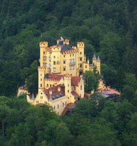 Slot Hohenschwangau gezien vanaf Slot Neuschwanstein